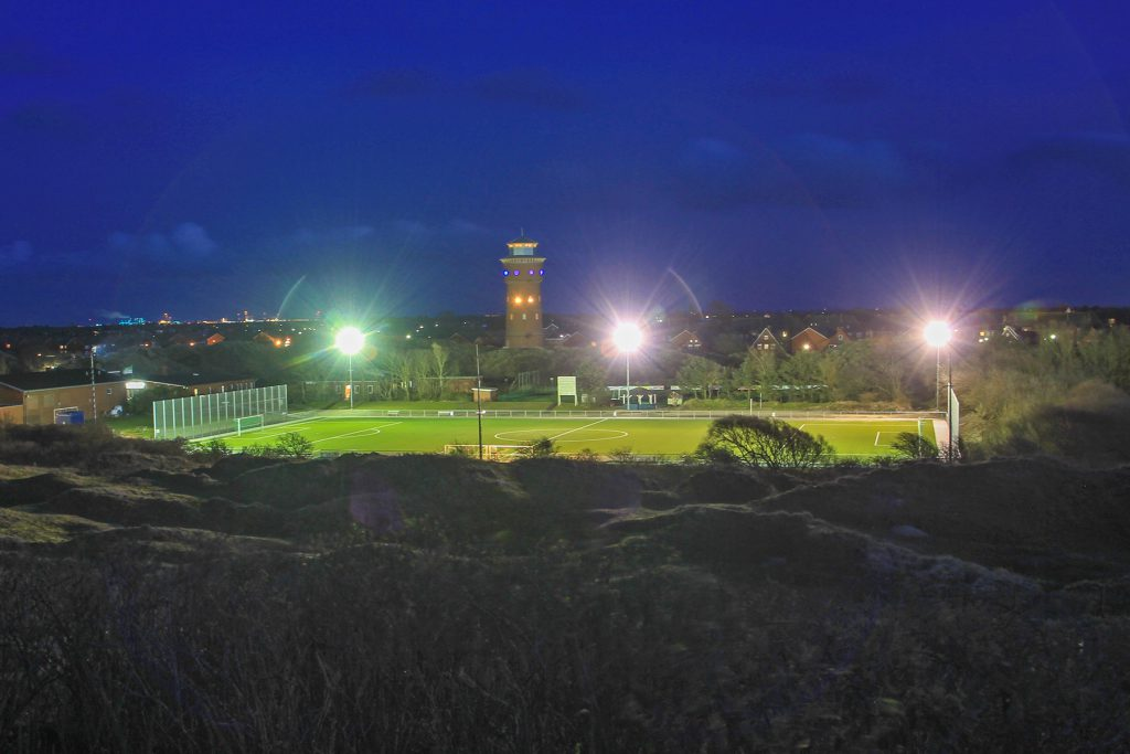 Bilder TuS Borkum 2020 - Kunstrasenplatz bei Nacht